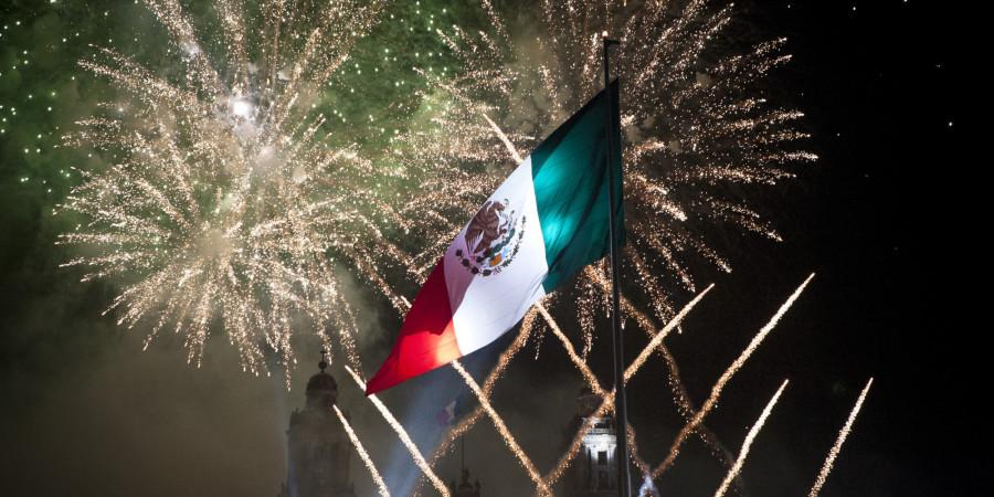 MEXICO+CITY%2C+MEXICO++SEPTEMBER+16%3A++Fireworks+explode+at+the+Mexico+City+Zocalo+during+the+anniversary+of+the+%27Grito+de+Dolores%27+made+by+the+priest+Miguel+Hidalgo+in+1810