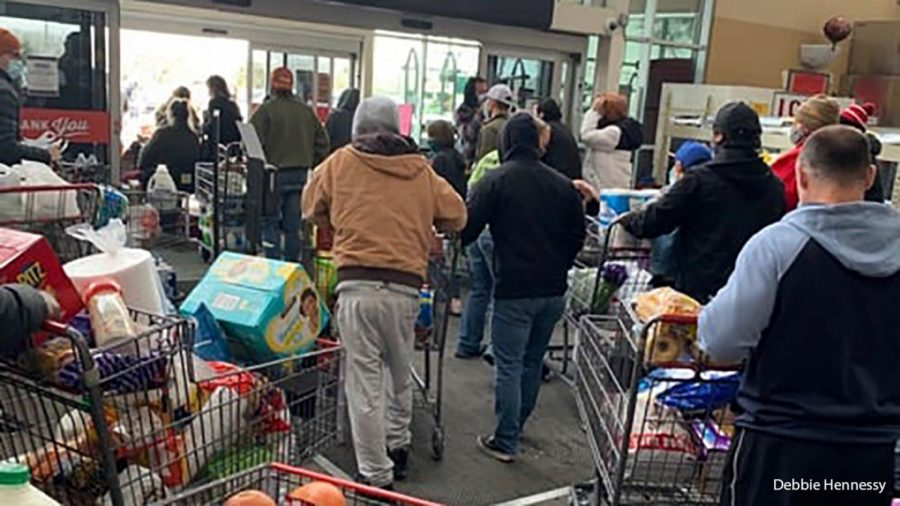 Shoppers+say+that+the+H-E-B+grocery+store+in+Leander%2C+Tex.%2C+allowed+them+to+leave+without+paying+after+the+power+went+out+Tuesday.+%28Deb+Hennessy%29